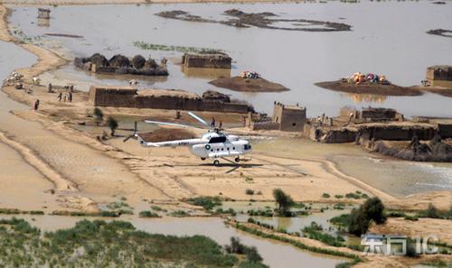 军方直升机在营救被困村民