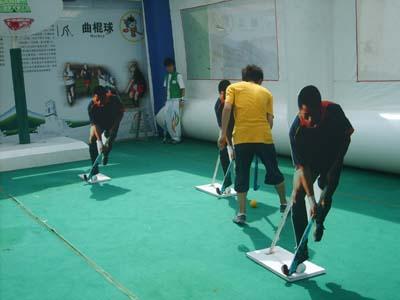 伊利奥运健康中国行深圳现场 选手挑战曲棍球