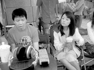 捧着冯小刚买的咖啡,林心如有点难为情