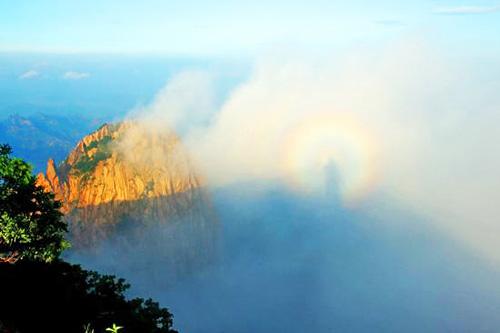 秦皇岛北部祖山风景区顶峰出现的云海景观与奇特的佛光奇观。