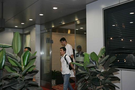 姚明在夜色中抵达北京