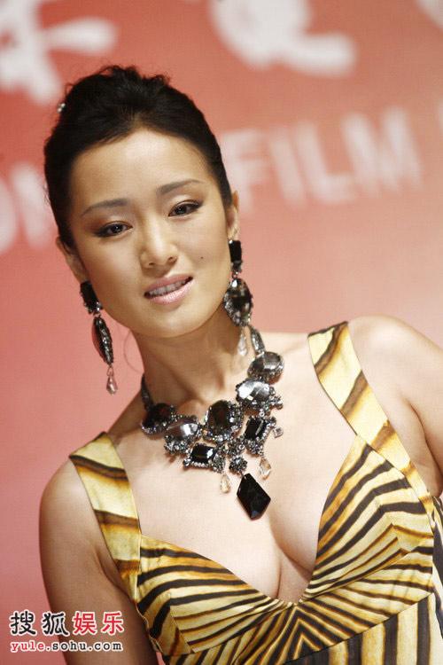 化了妆的巩俐,出席上海电影节