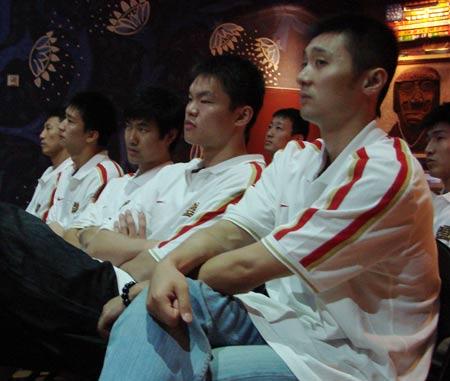 图文:[男篮]达拉斯欢迎晚宴 刘炜在场下