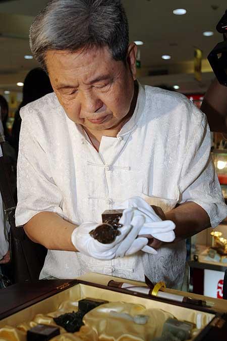 赵永魁在认真检查刚刚买到的玉福娃