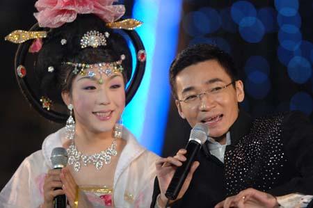 晚会现场主持人高博拜师李玉刚女声学唱京剧