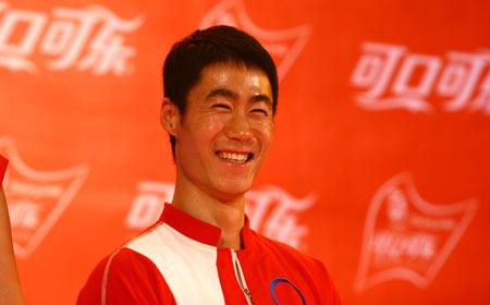 图文:北京奥运火炬手选拔活动 王励勤笑容满面