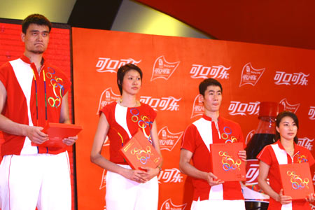 图文:北京奥运火炬手选拔活动 获限量版纪念章
