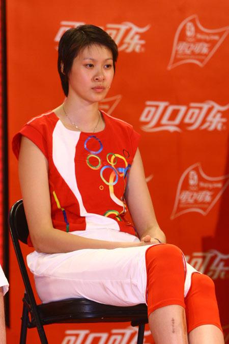 图文:北京奥运火炬手选拔活动 赵蕊蕊接受采访