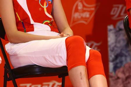 图文:北京奥运火炬手选拔活动 赵蕊蕊腿伤明显