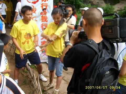 图文:海尔奥运城市行走进武夷山 泥泞美女