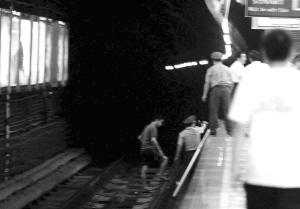 警方在珠江路地铁站轨行区清理现场 快报记者 顾炜 摄