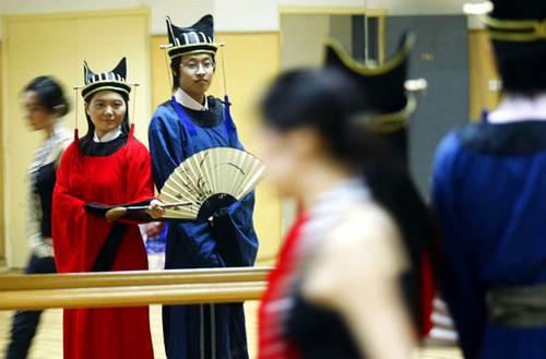 毕业生们在晚会上展示了中华学位服设计大赛决赛作品
