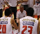图文:[男篮]战小牛夏季联赛队 尤纳斯布置战术