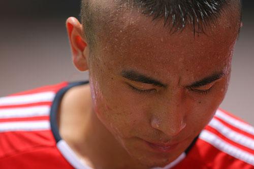 图文:国足备战亚洲杯最后热身赛 毛剑卿暗较劲