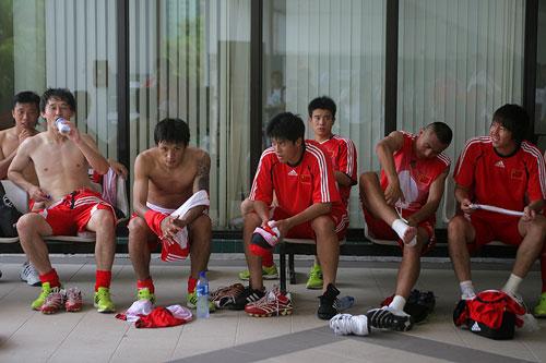 图文:国足备战亚洲杯最后热身赛 孙继海畅饮