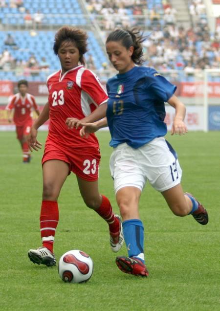 图文:[邀请赛]泰国0-5意大利 争抢脚下球