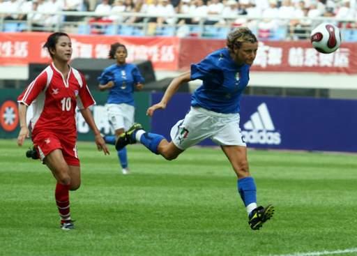 图文:[邀请赛]泰国0-5意大利 头球抢点