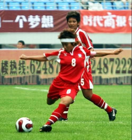 图文:[邀请赛]泰国0-5意大利 布信传中