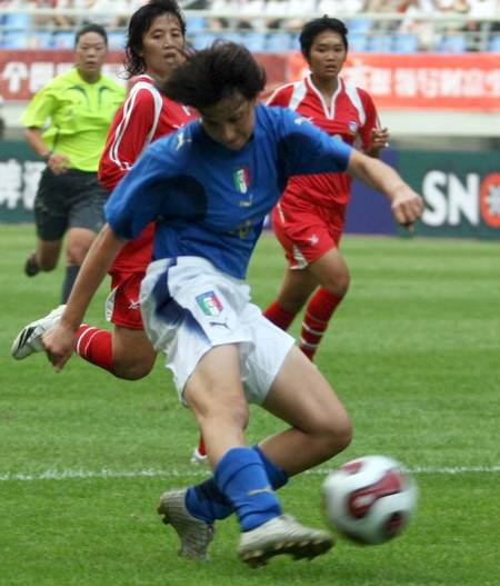 图文:[邀请赛]泰国0-5意大利 意大利队员停球
