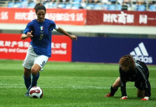 图文:[邀请赛]泰国0-5意大利 意队员晃倒门将