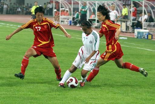 图文:[邀请赛]女足1-0墨西哥 中国队阻截对手