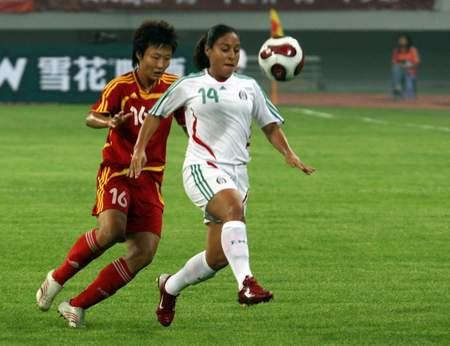 图文:[邀请赛]女足1-0墨西哥 刘亚莉争抢