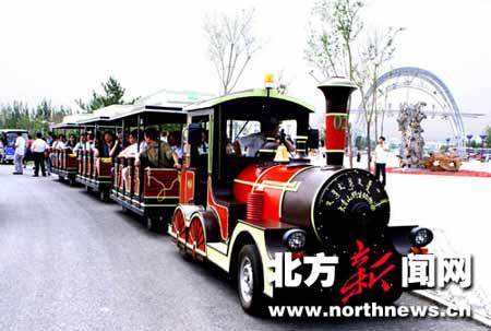 游客们乘坐小火车游览西北地区第一大野生动物园