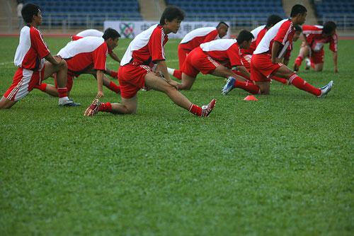 图文:[教学赛]国足1-0墨尔本 赛前压腿热身