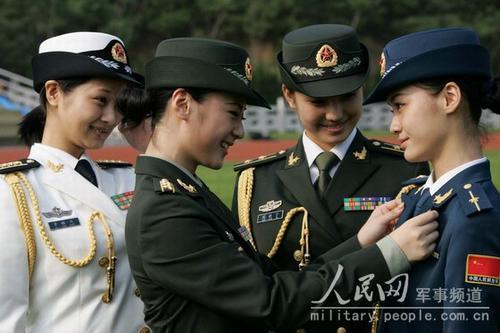着礼服的陆海空女军官在交流07式军服的穿着体会-英美媒体关注解放图片