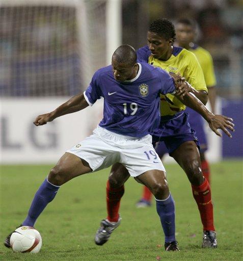 图文:巴西1-0厄瓜多尔 巴普力拒对手