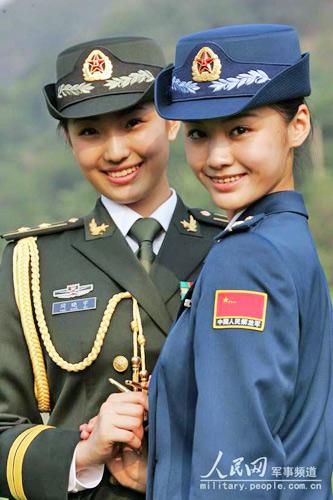 07式军服系列第一次将女军人的大檐帽改为卷檐帽.图为着礼服的陆空图片