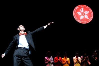 进念是香港民间戏剧团体,他们跟政府最近的关系包括:1997年回归之后,持续得到了香港艺术发展局3年一次的基金扶持;2004年,曾荫权自己掏钱买票,看了进念胡恩威和林奕华联合执导的,讽刺自己的《东宫西宫——西九龙皇帝》(上图) 图片由进念剧团提供
