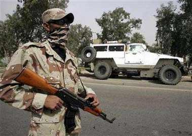伊军守护被击伤的美合同工专用车