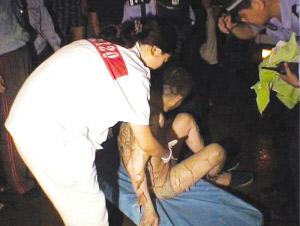 图为民警和急救人员正在抢救伤者。         郭一鹏 摄