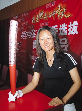 青岛十佳运动员、十运会女子470级帆船奥林匹克航线赛冠军李雪手握奥运火炬。 周光辉  摄
