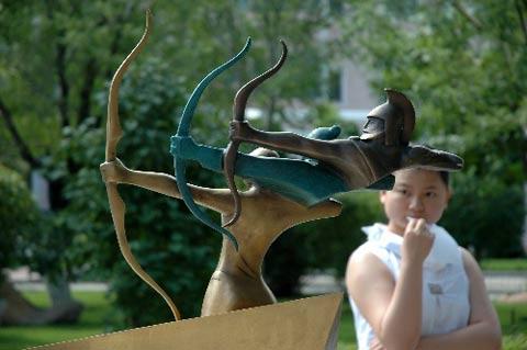 图文:奥运景观雕塑亮相新疆 观众看得聚精会神