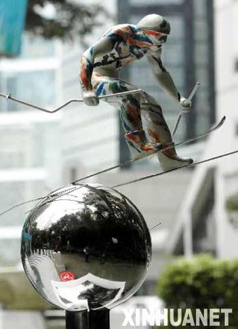 """图文:奥运景观雕塑香港展出 重庆作品""""冲刺"""""""