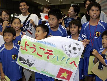 图文:[亚洲杯]日本队抵达越南 球迷等待中村