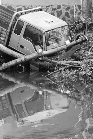 解放牌大卡车被卷入河中