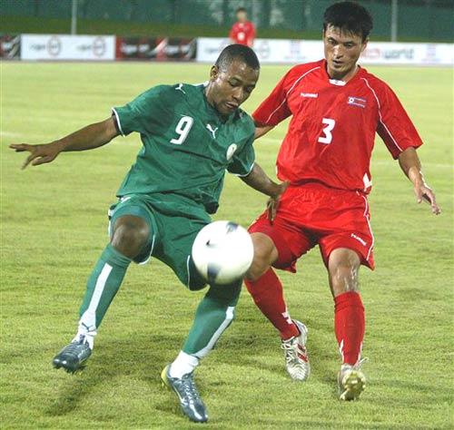 图文:[亚洲杯]热身赛沙特VS朝鲜 马拉克护球
