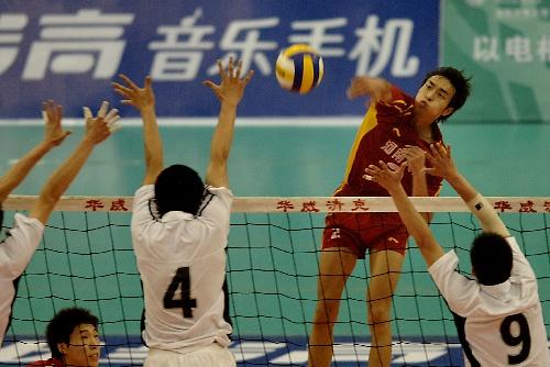 ...南洛阳举行的第四届全国男排大奖赛总决赛首场比赛中,河南天