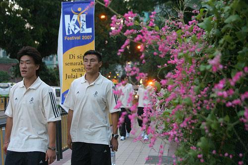 图文:[国足]朱家军抵达大马 王栋李玮峰散步