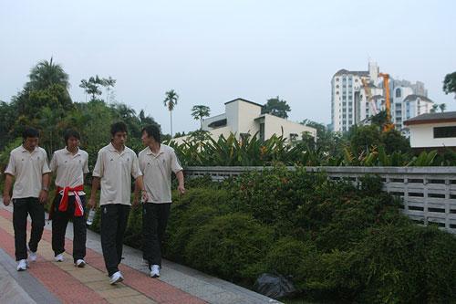 图文:[国足]朱家军抵达大马 适应吉隆坡天气