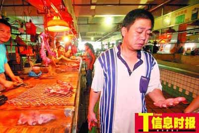 张先生为了省菜钱,近段时间张先生都挑中午11时步行15分钟到这个菜市场扫尾货。何建 摄