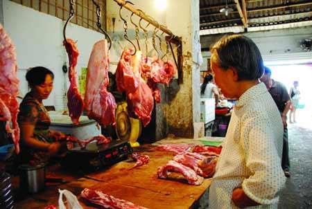 铁道学院附近一家猪肉零售摊上,前来买肉的市民发现精瘦肉和排骨零售价格涨到了24元/公斤。图/记者秦楼