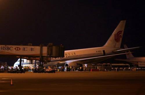 前起落架意外收起的飞机头趴在地上。