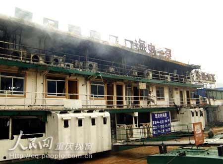 """烈火肆虐之后,""""海内一趸""""号趸船上黑漆漆的船舱和屡屡青烟正向人们诉说着刚刚发生的惊险一幕。  摄影:蒋旭"""