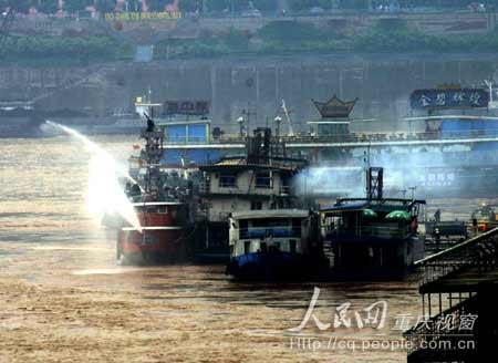 水陆联袂,现场火魔终于被扑灭。 摄影:蒋旭