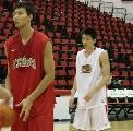 图文:[男篮]国家队赌城训练 易建联练习罚球