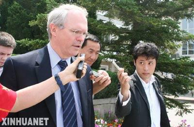 6月22日,美国助理国务卿、朝核问题六方会谈美国代表团团长希尔在朝鲜平壤的机场接受媒体采访。